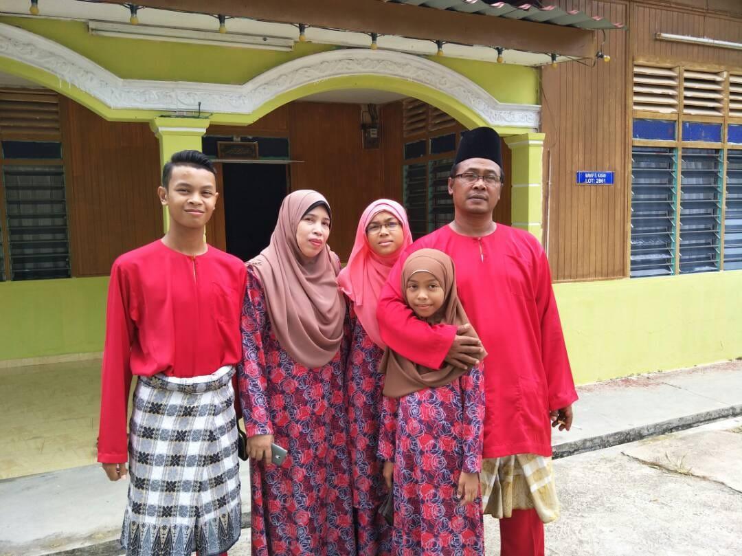 Embah Jid bersama keluarga yang sentiasa menyokong beliau