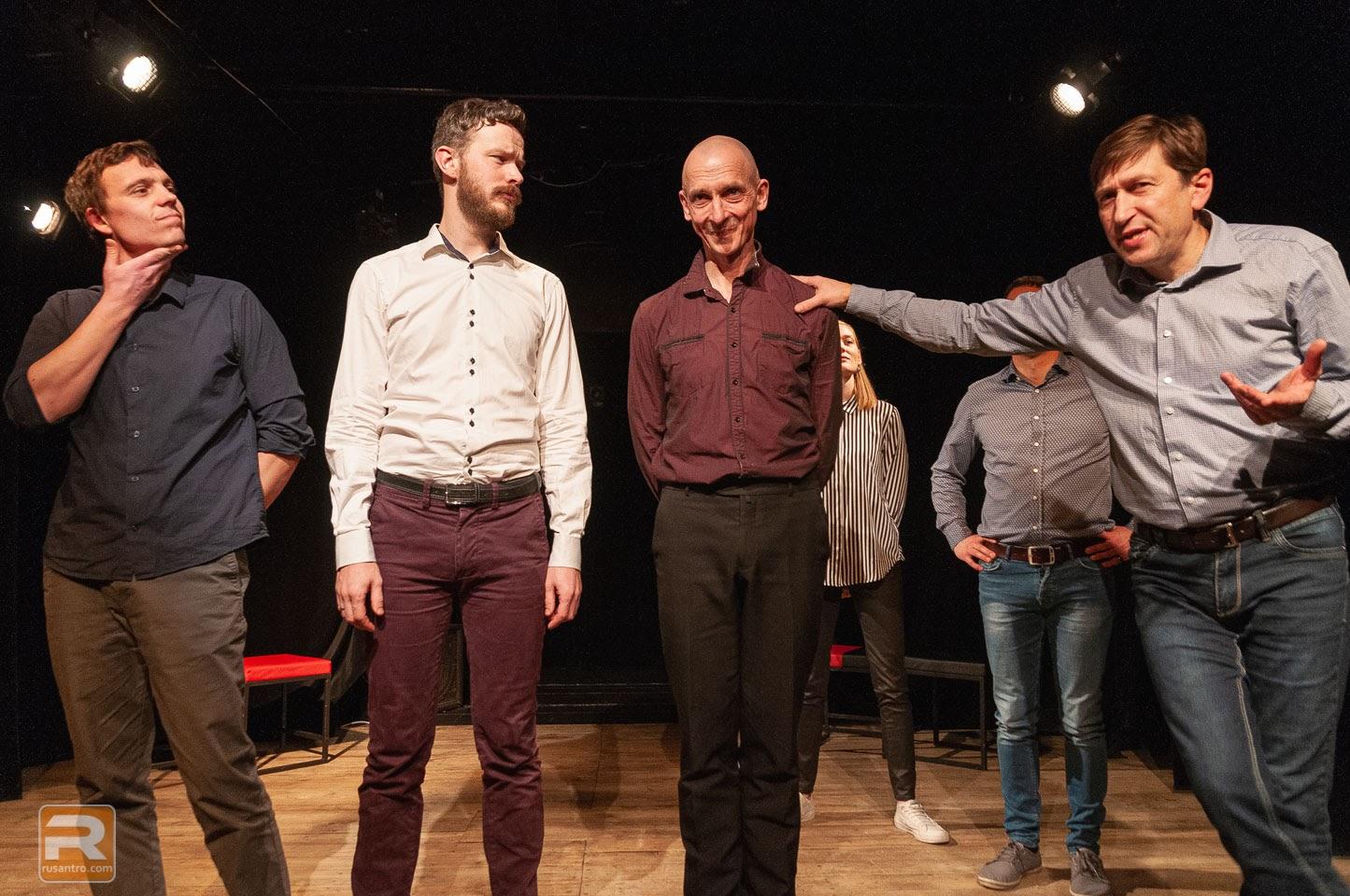 Aktieri stāv uz skatuves