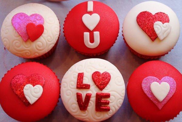 الكب كيك بعبارات عن الحب في عشاء عيد الحب