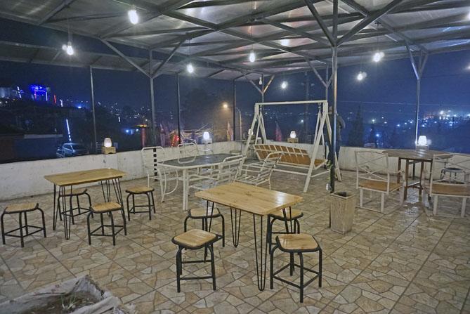 Ruangan terbuka di resto Tani Jiwo Hostel Dieng