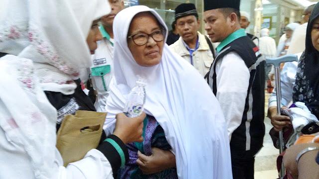 Sampai di Kota Makkah, Nenek Ini Malah Ketakutan Dan Tak Mau Turun dari Bus
