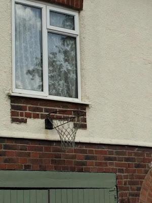 Dumme Bauideen - Basketballkorb unter Fenster