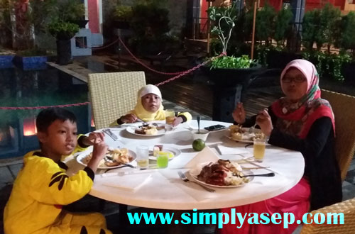 FAMILY: I brought my family to enjoy the BBQ dinner offered by Mercure on 5 November 2016. Photo of Asep Haryono