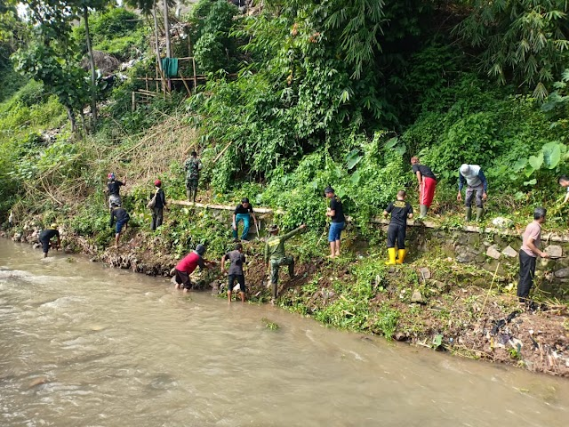 Belasan Warga Bantu Subsektor 21-16 Cicalengka Bersihkan Bantaran Sungai Cibodas