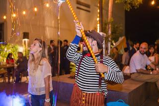 Show de Bolhas de Sabão Gigantes de Humor e Circo com público do evento entrando nas bolhas de sabão durante a inauguração do Spaces Cinelândia.