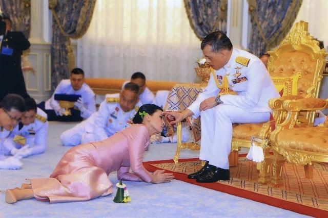 """رفقة 20 من """"الجنديات المخلصات"""".. ملك تايلاند يقضي فترة الحظر الصحي بأفخم فنادق ألمانيا"""