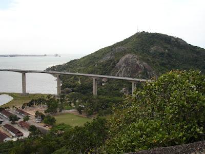 Morro do Moreno visto do Convento da Penha. Foto Maria Clara Medeiros Santos Neves, setembro de 2006.
