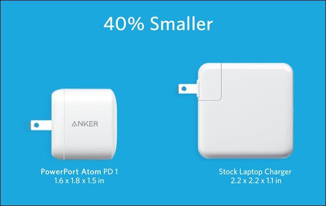 Anker PowerPort Atom PD 1 بجانب شاحن الكمبيوتر المحمول الأكبر حجمًا.