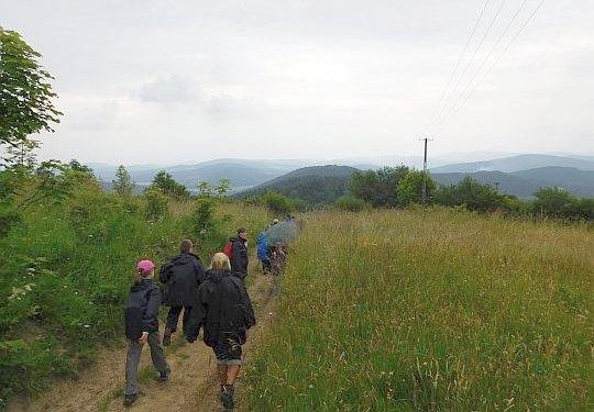 Z Gołuszkowej Góry schodzimy do przysiółka Żmije.