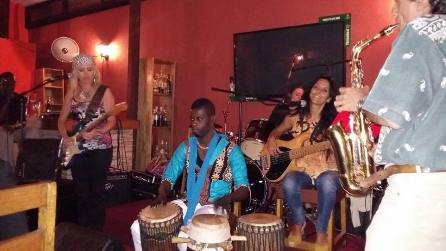 Le Bazoff, un espace accueillant : Bazoff, restaurant, hôtel, complexe, bar, sicap, amitié, ambiance, musique, cocktail, menu, plat, cuisine, LEUKSENEGAL, Dakar, Sénégal, Afrique