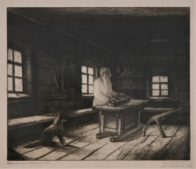 Mustavalkoinen grafiikan vedos, jossa vanha mies istuu tuvassa pöydän ääressä ja soittaa kanteletta. Kettu tai koira istuu lattialla.