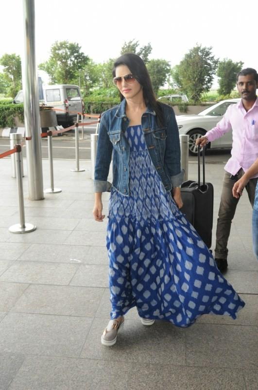 Sunny Leone Spotted at Mumbai Airport