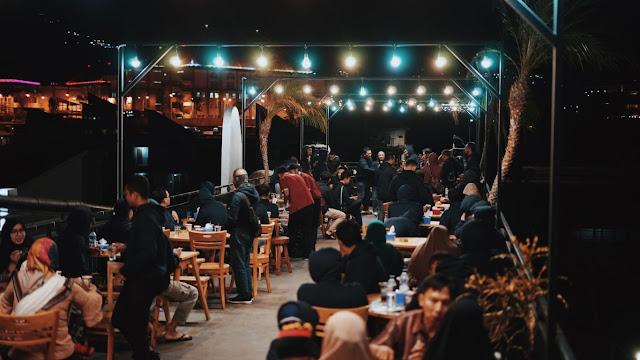 Suasana Cokelat Klasik Cafe pada malam hari