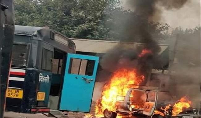 तीस हजारी कोर्ट में भड़की हिंसा, फायरिंग के बाद वकीलों ने पुलिस की गाड़ी में लगाई आग