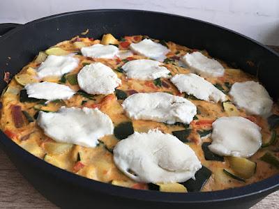 Omlet zapiekany z warzywami i mozzarellą
