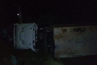 Motorista perde o controle de carreta em contorno no interior da Paraíba