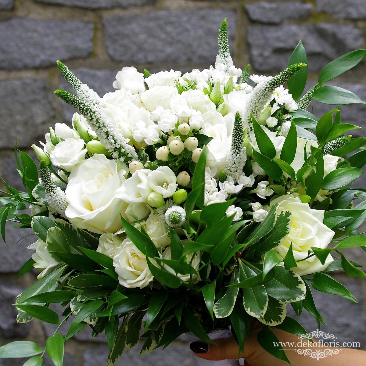 Biały bukiet ślubny w stylu boho frezje róże eustomy