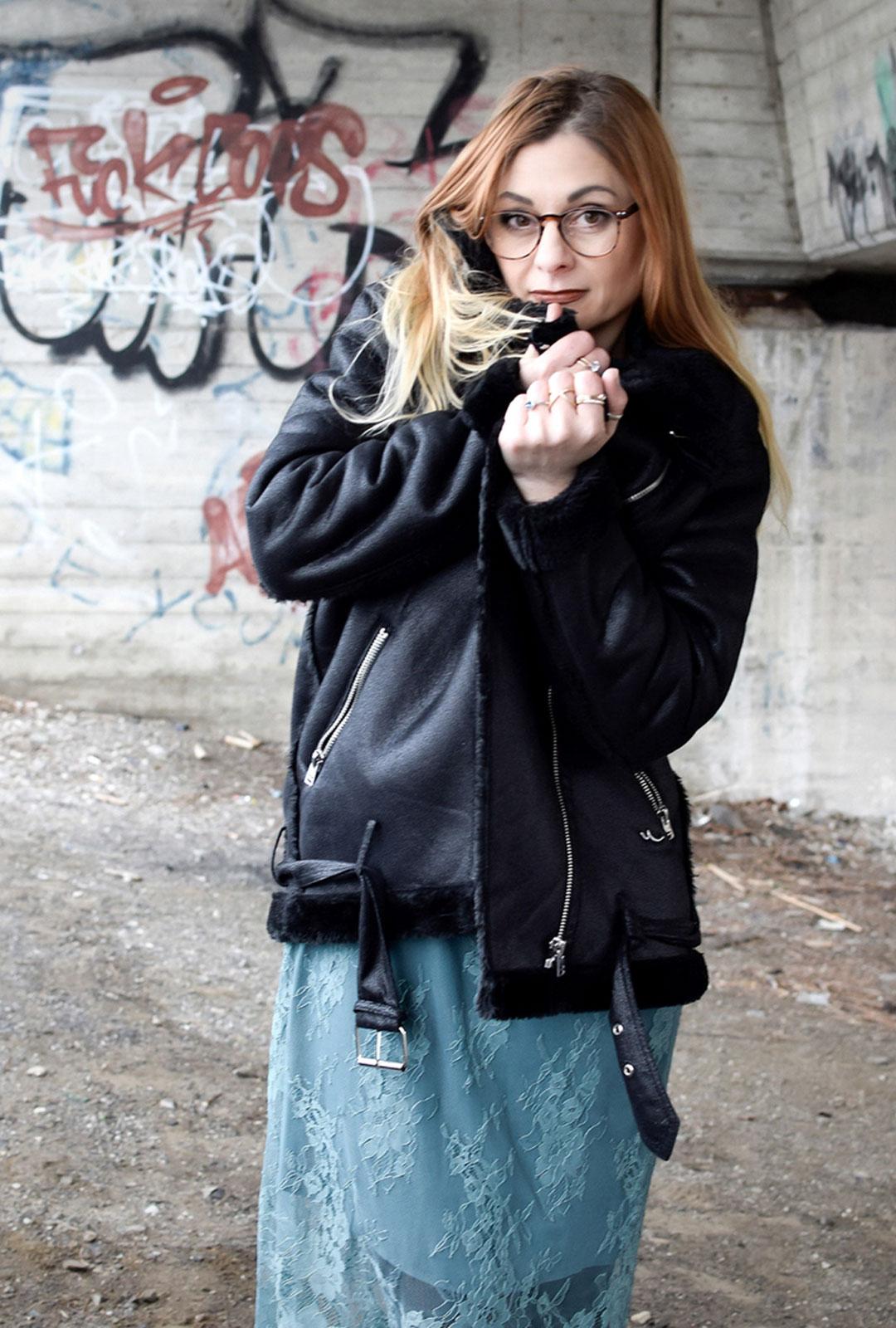 schwarze Bikerjacke LTB, Spitzenkleid von Pieces, schwarze Nieten Boots Steve Madden