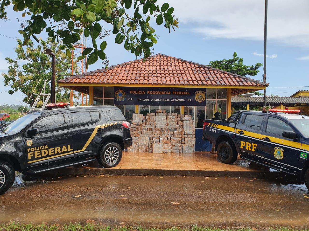 Um motorista foi preso nesta quinta-feira (29) com quase uma tonelada de cocaína escondida no fundo falso de um caminhão abordado por policiais rodoviários na Rodovia Transamazônica, município de Altamira-PA.  De acordo com a Polícia Rodoviária Federal (PRF), os agentes abordaram um carreta, com placa do estado de Mato Grosso e, ao realizar uma busca minuciosa no veículo, foi encontrada escondida em um fundo falso na carroceria da carreta, dezenas tabletes de cloridrato de cocaína pesando um total de 871,3 kg.  Foi dada voz de prisão ao motorista pela prática do crime de tráfico de drogas.  O homem foi autuado em flagrante pela Polícia Federal de Altamira/PA pelo crime de Tráfico  de drogas (Art. 33 c/c art 40, V, da Lei 11.343/16.).  A droga foi apreendida e enviada para Belém/PA a fim de ser periciada e incinerada posteriormente.