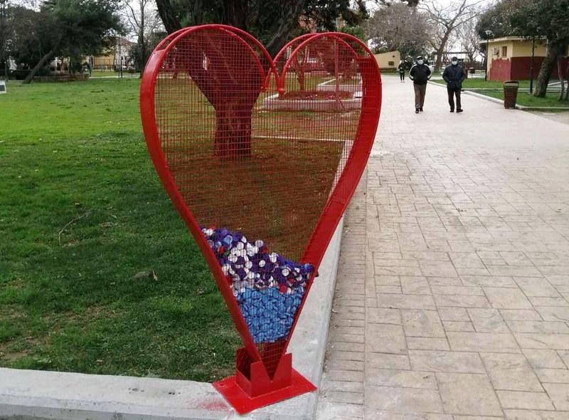 Μεγάλες καρδιές τοποθετήθηκαν σε διάφορα σημεία της Αλεξανδρούπολης και έχουν ήδη αρχίσει να γεμίζουν με πλαστικά καπάκια