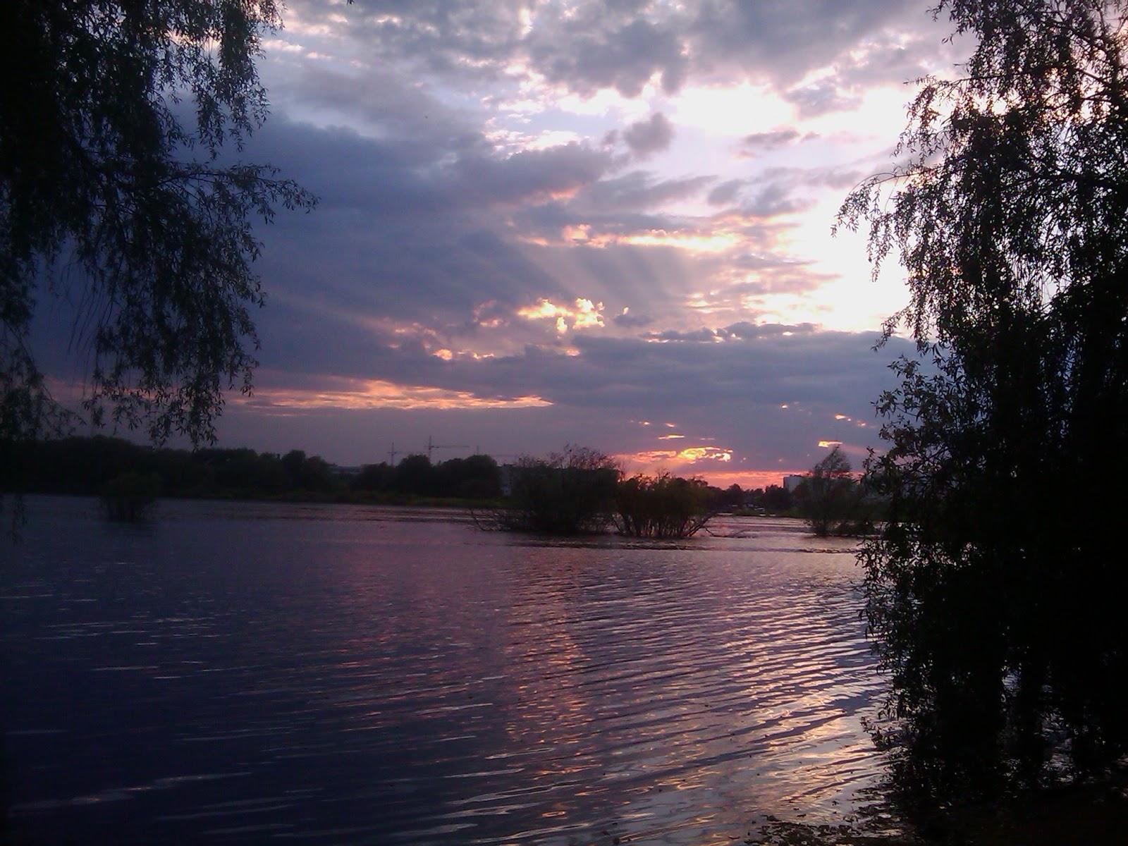 Фиолетовый закат солнца над рекой