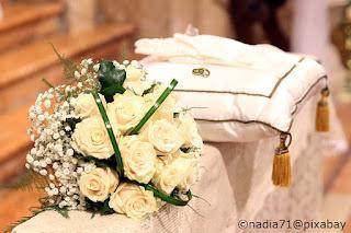 Le fedi nuziali sigillano la promessa d'amore degli sposi