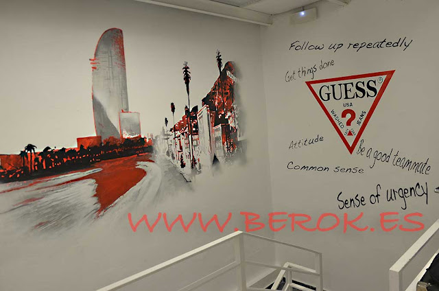 graffiti mural tienda ropa Guess en paseo de Gracia de Barcelona