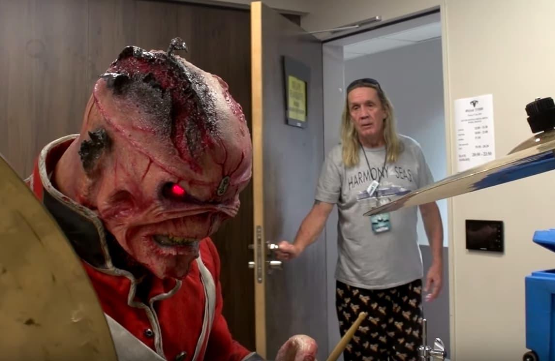 Eddie von Iron Maiden geht seiner Band ganz mächtig auf den Keks. In zwei Videos zeigt das eigensinnige Maskottchen sein wahres Gesicht. Ob die UK-Metalheads mit so einem Maskottchen auf Tour gehen werden ist da mehr als fraglich ^^. Die witzigen Videos der Altrocker gehen auf jeden Fall viral. In diesem Bild wird Nicko McBrain geärgert.