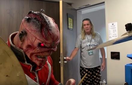 C'mon Eddie...  ...Please? | Edward The Head besetzt das Drumkit vom Iron Maiden Schlagzeuger Nicko McBrain