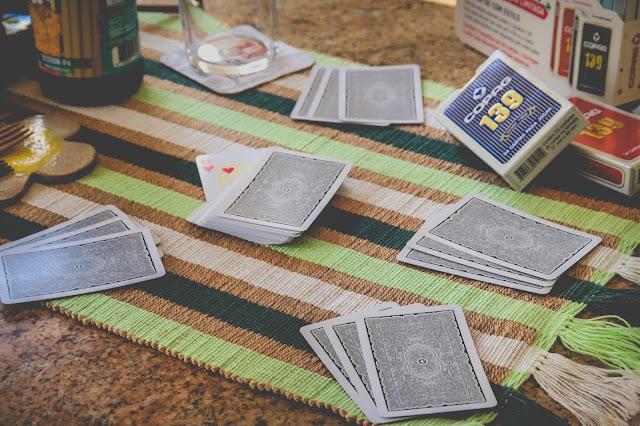 baralho de truco sobre a mesa