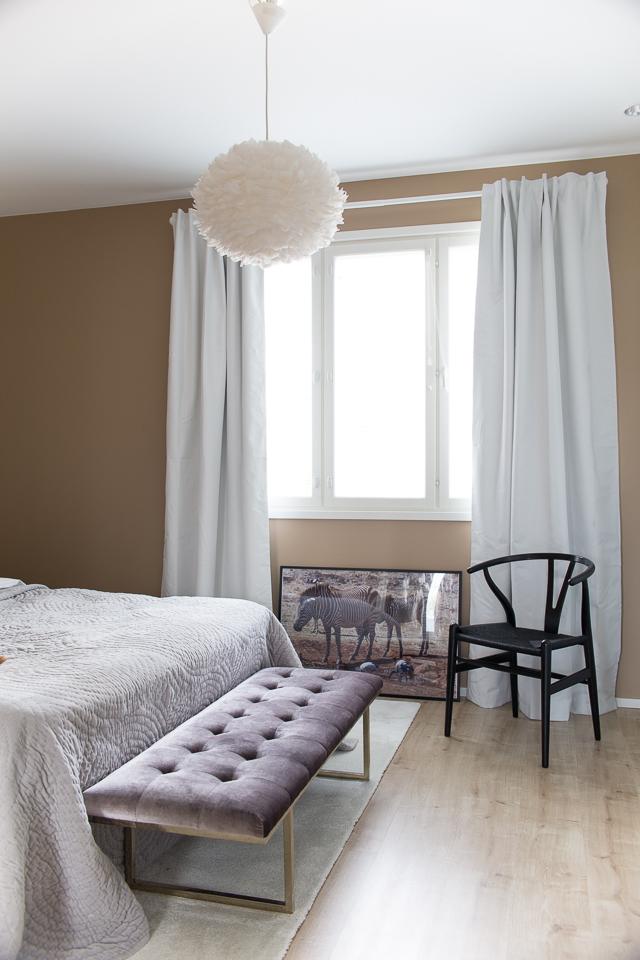 Villa H, makuuhuoneen sisustus, makuuhuone, pimennysverhot, valokuvataulu