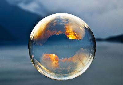 Burbuja de jabón reflejada en ambiente