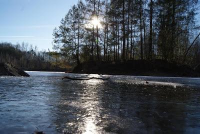 Blick auf den zugefrorenen See der Grube Cox