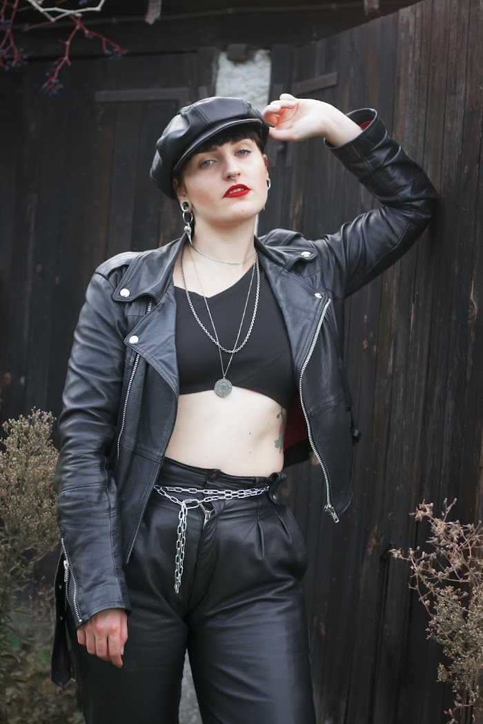 Look │Black Leather & Red Lipstick
