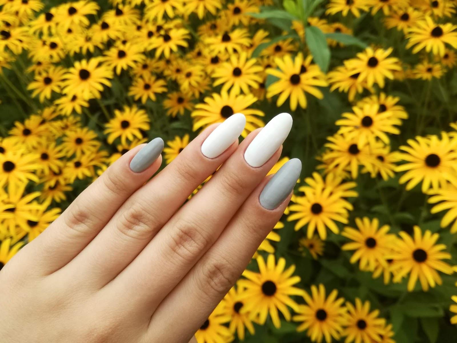 paznokcie na tle kwiatów