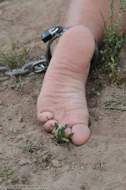 prisonnière pieds nus