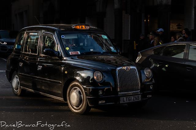 Taxi Black cab en una calle de Londres