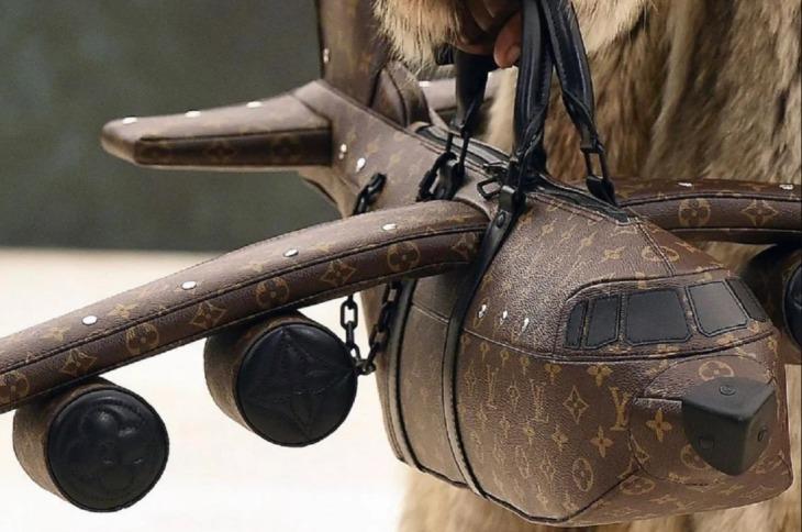 Este es el extraño bolso de Louis Vuitton con forma de avión; cuesta 39,000 dólares