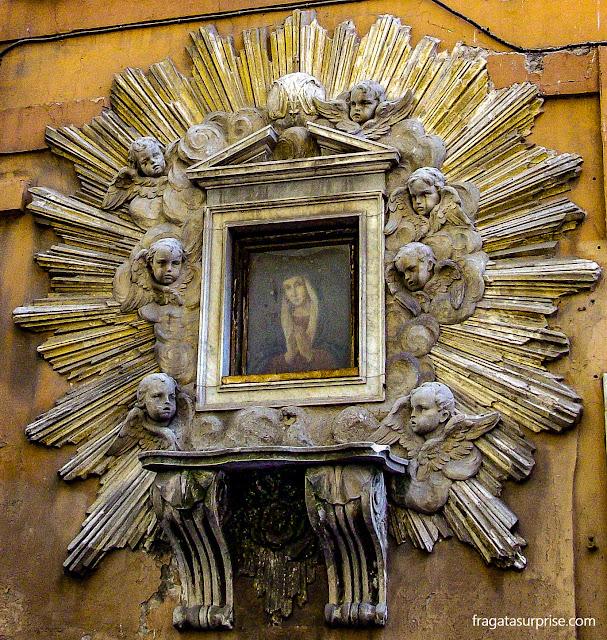 Oratório em uma fachada no bairro de Trastevere, Roma