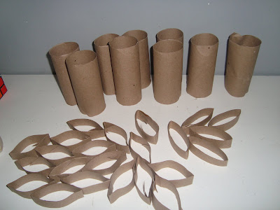 flores hechas con tubos de cartón reciclado