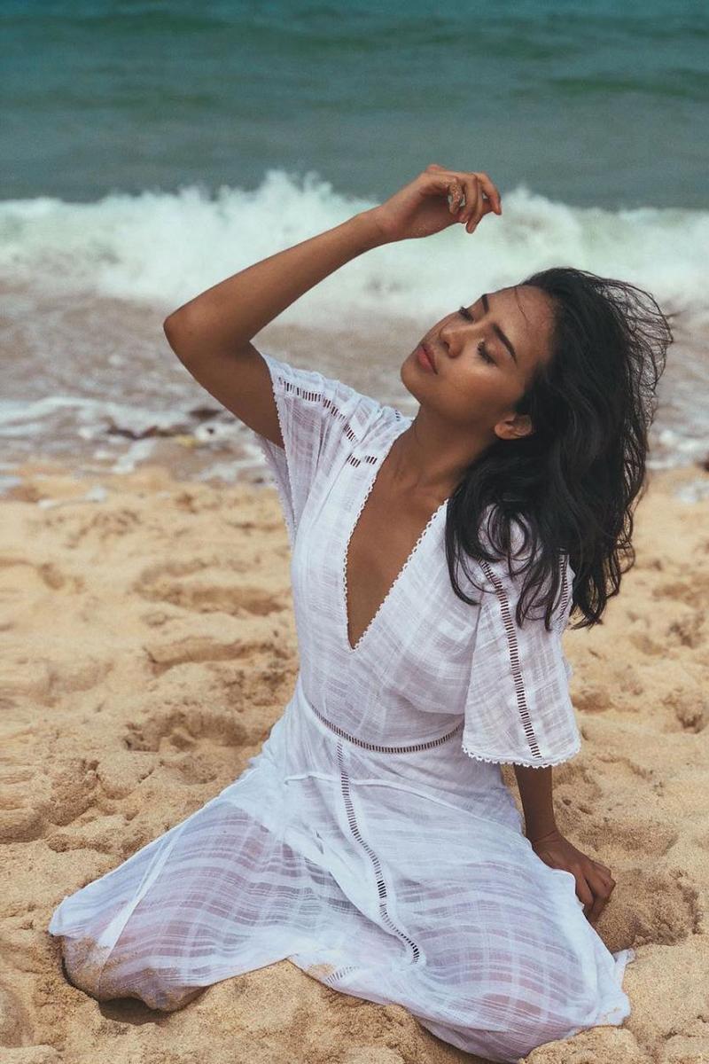 Gaya foto di Pantai  baju putih Anya Geraldine