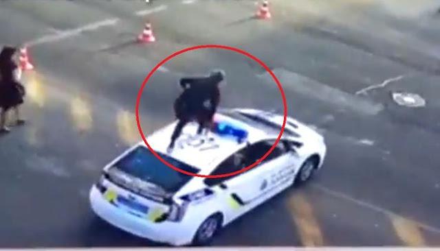 У Києві поліцейські ловили хулігана, який застрибнув на дах патрульного автомобіля - відео