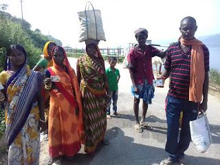 6 किलोमीटर का रास्ता, डेढ़ घंटे पैदल चलकर डैम उस पार से वोट देने मतदाता पहुंचे हरदिया