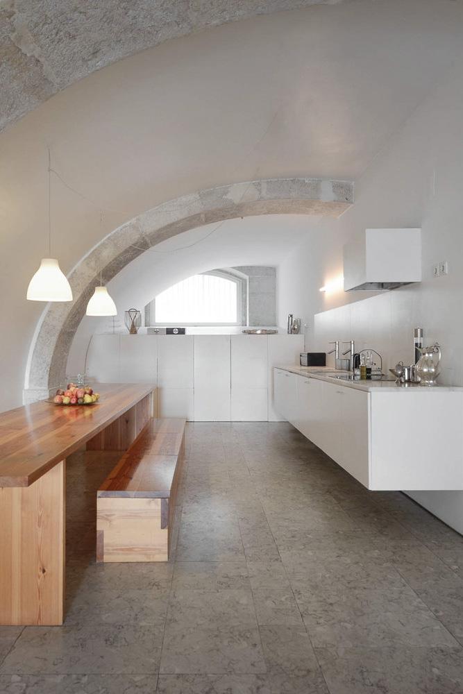 Diseño de cocina minimalista, blanco y madera