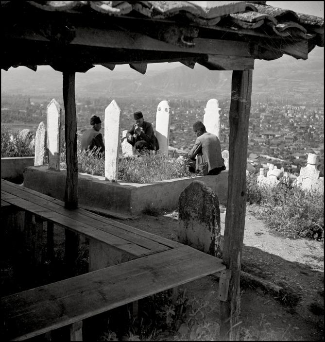 На крымскотатарском кладбище, 1943 год