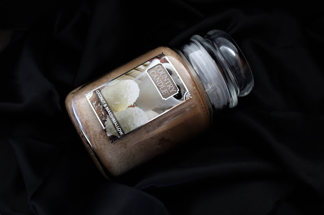 country candle coconut & marshmallow avis, country candle, country candles, coconut and marshmallow country candle, bougie parfumée à la noix de coco, bougie parfumée, bougie country candle, country candles, country candle review, candle review, scented candle, avis country candle