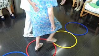 Exercici d'equilibri i marxa al taller de fisioteràpia