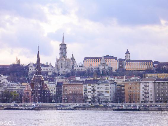 Bastion de los pescadores desde la otra orilla del Danubio. Budapest