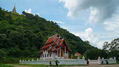 Entrance and starting point to the Sinakarintra Mahasanthikiri pagoda