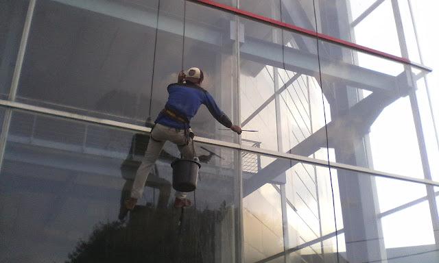 jasa pembersih kaca gedung tinggi surabaya